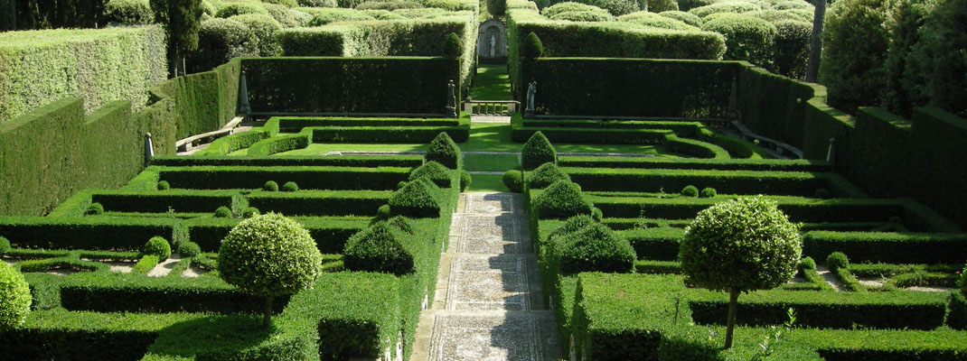 Italian style gardens by Atelierdimensioneverde.com
